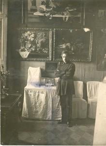 Большаков К.М. в картинной галерее. 1925.